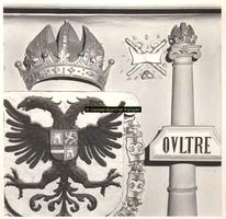 F001523 In de top van de schouw, onder het borstbeeld, het wapen van Karel de V, hier geflankeerd met de rechter zuil ...
