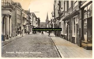 F001230 Oudestraat gezien richting Bovenkerk met links het stadhuis; uiterste rechts fotozaak Voerman, voorheen ...