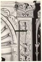 F001535 Detailfoto van het ornament rechtsboven naast de leeuw met de Kamper vlag, vervaardigd door beeldhouwer meester ...