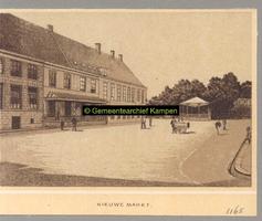 F001165 Een foto van de Nieuwe Markt met muziektent van voor 1889. Links een deel van de Latijnse school, dan het ...