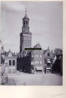 F001158 De Nieuwe Markt en de Gasthuisstraat en daar achter de Nieuwe Toren. Op de hoek aan de rechterzijde van de ...