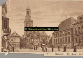 F001157 De Nieuwe Markt en de Gasthuisstraat waar op de rechterhoek de melksalon van de Nederlandsche Zuivelfabriek was ...