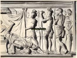 F001519 Rechter gedeelte van het reliëf Mucius Scaevola voor Porsenna op het fries van de zandstenen schouw vervaardigd ...