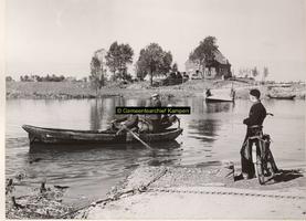 F001095 Pontveer bij de Mandjeswaard op het Kampereiland in 1957-1958 deze werd vervangen door de brug.