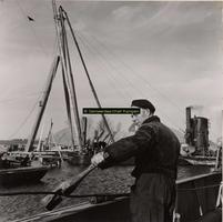 F001094 Voorbereiding aanleg brug bij de Mandjeswaard op het Kampereiland en de schipper die het veer bediende.