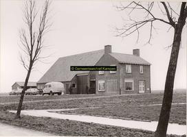 F001090 Huis met boerenschuur op erf 150 van het Kampereiland van de familie De Munnik - zie ook volgend nummer.