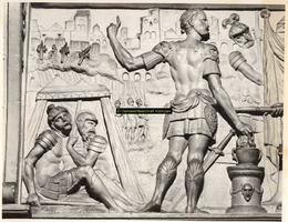 F001517 Linker gedeelte van het reliëf Mucius Scaevola voor Porsenna op het fries van de zandstenen schouw vervaardigd ...