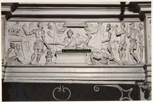 F001515 Reliëf Mucius Scaevola voor Porsenna op het fries van de zandstenen schouw vervaardigd door beeldhouwer meester ...