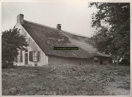 F001054 Voor- en zij-aanzicht van een oude Hollandse boerderij op het Kampereiland , erf 27 van C. Rook. Voor een ...