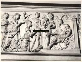 F001513 Linker gedeelte van het reliëf Salomo's wijze rechtspraak (1 Koningen 3: 16-28) op het fries van de zandstenen ...