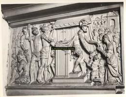 F001509 Reliëf Coriolanus voor Rome op het fries van de zandstenen schouw vervaardigd door beeldhouwer meester Colijn ...