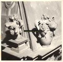 F001508 Twee ornamenten als hoekversiering op de zandstenen schouw, vervaardigd door beeldhouwer meester Colijn de Nole ...
