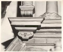 F001506 Detail van de linker console, naast het wapen van Karel de V in de top van de zandstenen schouw, vervaardigd ...