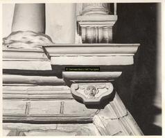 F001505 Detail van de rechter console, naast het wapen van Karel de V in de top van de zandstenen schouw, vervaardigd ...