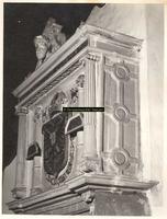 F001504 Top van de schouw, onder het borstbeeld van Karel de V, zijn wapen, geflankeerd door de twee zuilen van ...