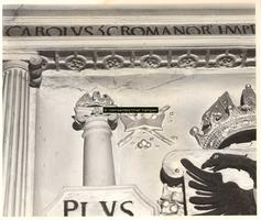 F001501 Detail van het ornament van het wapen van Karel de V en de zuilen van Hercules dat onderdeel uitmaakt van de ...