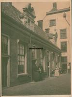 F001814 De binnenplaats van het Heilige Geest Gasthuis voor de afbraak in 1897.