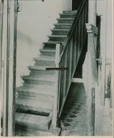 F001743 De trap naar de eerste verdieping in het Gotische Huis, een voormalig koopmanshuis uit de 15e of 16e eeuw, werd ...
