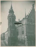 F001326 De gevel van het Oude Raadhuis met de Schepentoren aan de Voorstraatzijde, links van de toren de achterzijde ...