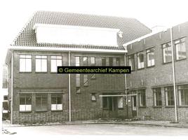 F001126-2 Binnenplaats met gedeelte van het gebouwencomplex van de Rijksdienst voor de IJsselmeerpolders (van 1940 tot ...
