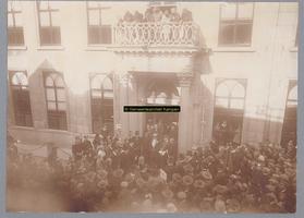 F003004 Burgemeester Meine Fernhout, gehuldigd door de Oranjevereniging voor de hoofdingang van het raadhuis aan de ...