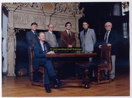 F004480 College van Burgemeester en Wethouders 1982 - 1986, in de Schepenzaal aan de Oudestraat Van links naar rechts: ...