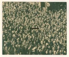 F004249 Kampenaren voor het nieuwe Raadhuis op 17 april 1945, bevrijdingsdag.