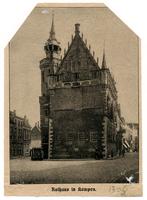 F001304 De schepentoren met het Oude Raadhuis te midden van de Voorstraat (links) en de Oudestraat (rechts). Deze ...