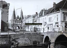 F005735 Cellebroedersweg en Cellebroederspoort, op de voorgrond de oude 17e eeuwse brug.