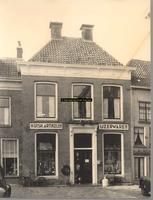 F000885 Voorgevel van winkel-woonhuis nr. Hofstraat 126, jarenlang was hier een winkel in huishoudelijke artikelen en ...