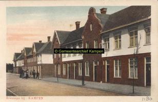 F001180 De Noordweg in de wijk Brunnepe, oudste vermelding is van 1507, de straat temidden van de twee huizenblokken ...