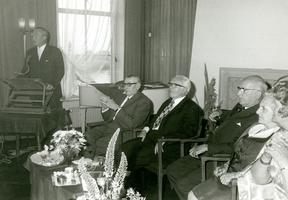 F009572 Johannes Berk geb.1897 en J.H. Schrader geb.1897 nemen afscheid als bestuursleden van de Kamper Nutsspaarbank ...