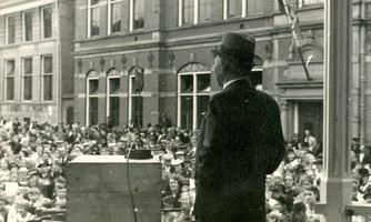 F004631 Burgemeester Oldenhof houdt een toespraak op de Nieuwe Markt ter gelegenheid van de geboorte van prinses Irene ...