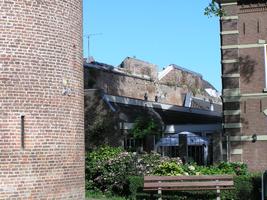 F013005 Een gedeelte van de oude middeleeuwse stadsmuur naast de Koornmarktspoort, deze oude stadmuur maakt ...