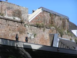 F013006 Een gedeelte van de oude middeleeuwse stadsmuur naast de Koornmarktspoort, deze oude stadmuur maakt ...