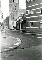 F011274 Schoolstraat, aan het eind van de straat staat de toren van de Bovenkerk, aan de linkerzijde van de straat, ...