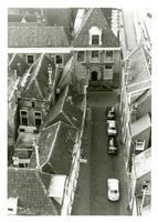 F011290 Daken van de woonhuizen aan weerszijden van de Torenstraat, het pand met het bordes is de voormalige Latijnsche ...