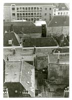 F011291 Daken van de woonhuizen gebouwd op het terrein achter de Plantage, Oudestraat en Broederstraat, het lange ...