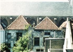 F013017 Achterzijde van twee panden (de puist) aan de Broederstraat, tegenover de woningen staat de Broederkerk.