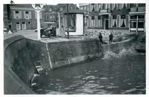 F002325-03 Werkzaamheden verbetering Bovenhaven - IJsseldijk 1955. Afbraak van het Caltex benzinestation en de kademuur ...