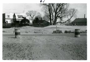 F002325-13 Werkzaamheden verbetering Bovenhaven - IJsseldijk, april 1955. Gedeelte van de nieuwe straat en de garage ...