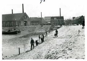 F002325-14 Werkzaamheden verbetering Bovenhaven - IJsseldijk, april 1955. Het zinken van de zinkstukken, op de ...