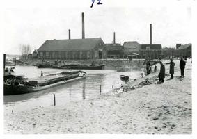 F002325-15 Werkzaamheden verbetering Bovenhaven - IJsseldijk, april 1955. Het zinken van de matten is gereed. Op de ...