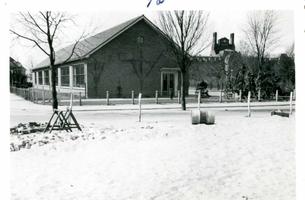 F002325-16 Werkzaamheden verbetering Bovenhaven - IJsseldijk, april 1955. De Engelenbergschool zonder gymzaal, in ...