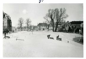 F002325-17 Werkzaamheden verbetering Bovenhaven - IJsseldijk, april 1955. Hier komt de nieuwe straat.De IJsseldijk is ...