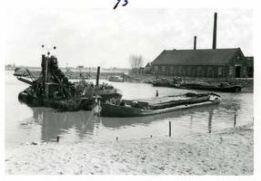 F002325-18 Werkzaamheden verbetering Bovenhaven - IJsseldijk, april 1955. Het uitbaggeren van de Bovenhaven, op de ...