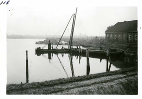 F002325-20 Werkzaamheden verbetering Bovenhaven - IJsseldijk, oktober 1955. Het heien van remmingswerk in de haven, ...