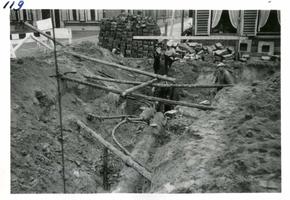 F002325-25 Werkzaamheden verbetering Bovenhaven - IJsseldijk, oktober 1955. Diverse leidingen warnet en een oud riool ...