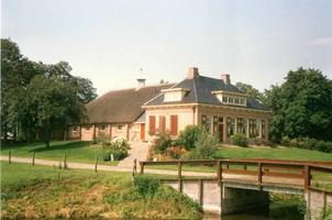 F012213 IJsselmuiden, boerderij aan de Bisschopswetering te Mastenbroek.