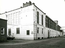 F009547 Uit het fotoalbum van de fam. Berk.De magazijn gebouwen Berk Kampen B.V. met de hoofdweg en overloop, op de ...